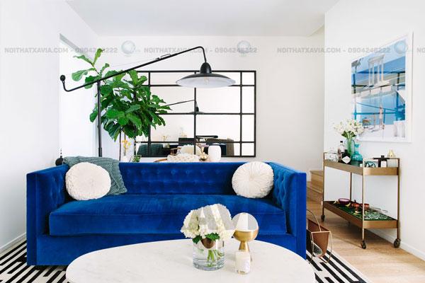 Sự kết hợp của màu xanh hoàng gia với một tấm thảm kẻ sọc đơn giản