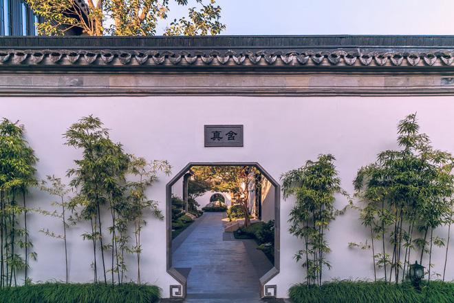 Khuôn viên của biệt viện được thiết kế theo đúng nguyên bản thời xưa với tường bao