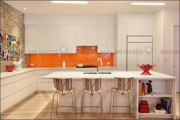Tông màu trắng sáng của tủ bếp sẽ làm không gian thêm rộng rãi