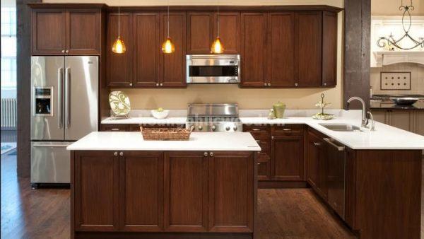 Tủ bếp gỗ óc chó toát lên sự sang trọng nhờ màu tối tự nhiên của gỗ