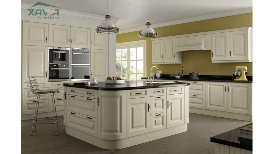 Mẫu tủ bếp gỗ xoan đào sơn phủ trắng